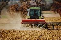Tracteur labourant un champ